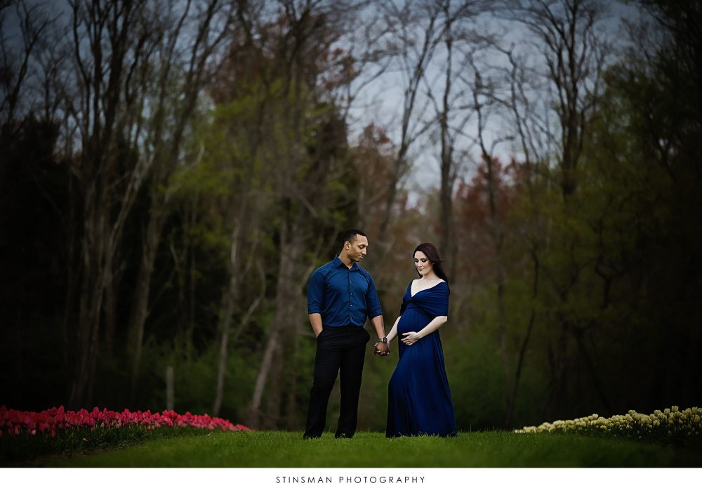 Pregnant mom and dad to be posing at their maternity photoshoot